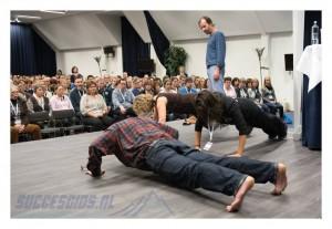 Opdrukken op het podium van Wim Hof met andere ondernemers